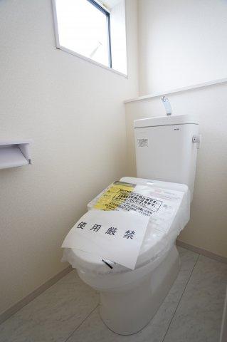 2階にも温水洗浄便座のトイレがあります。朝の忙しい時間も2つあると安心ですね。