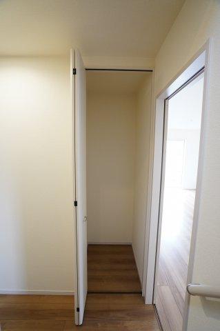 1階階段前の収納スペースです。掃除機など収納できて便利ですね。