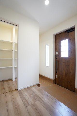 採光のとれる玄関ドアと壁からも光がはいる明るい玄関です。シューズインクロークがあるのですっきりと広い印象の玄関ですね。