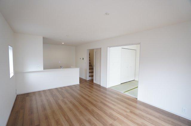 16帖のLDKは白壁に木目調のフローリングで雰囲気のある空間に♪どんな家具を置くか考えるのも楽しいですね。