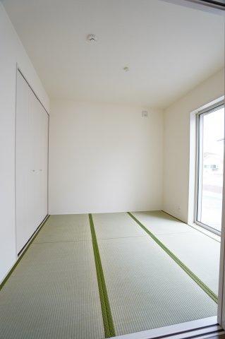 4.5畳の洋風和室は壁と引き戸が白で統一されたおしゃれな部屋になっています