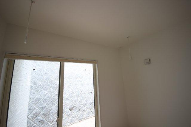 洗濯物干しポールを通せるように天井から金具を取り付けております。