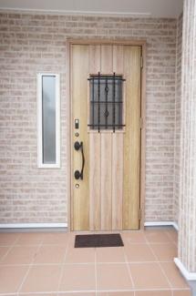 おしゃれな玄関ドアが印象的なエントランスです。