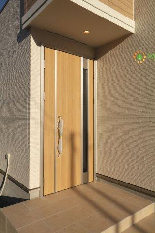 明るい茶色のドアがオシャレですね!