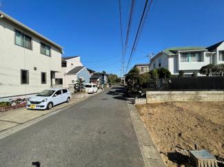 前面道路も狭くないのでお車の駐車も楽々です。 駐車スペース3台分も可能なゆとりのある土地です。