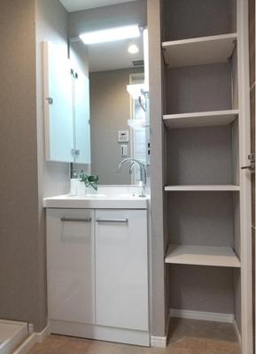 洗面台横は棚になっており、タオルなどがしまえます。