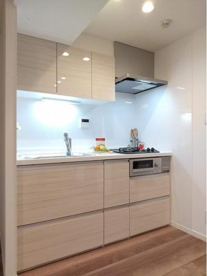 上部や下部に収納が有り、調理小物もしまえます。