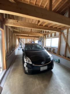 車庫は木造で車2台駐車可能!電動シャッターと勝手口付きです♪