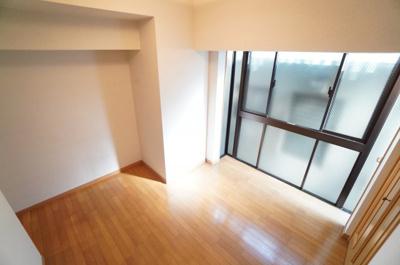 【東側洋室5.3帖】 穏やかな風と陽光を導き、 プライバシーに配慮された設計プランを採用し、 居住性を一段と心地よいものにしています。 さらに、間口を広く設けることで、 明るく開放的な空間を演出!