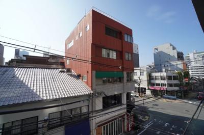 並木通りから続く地蔵通り。富士見町近辺の街並みのシティービューは、周りに高い建物もなく、1日の疲れを癒してくれます。