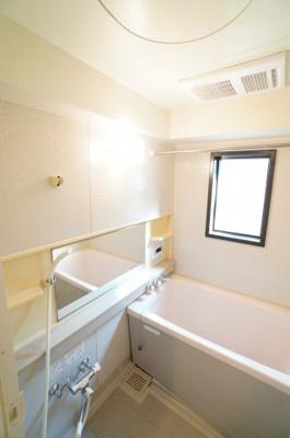 【機能がポイント!】 1日の疲れを癒す大きなお風呂。 ヒートショックを防ぐ浴室暖房機能や、 雨天時に洗濯物を乾かす浴室乾燥機能も付いています。 しかも、お手入れし易くなる窓付きです!