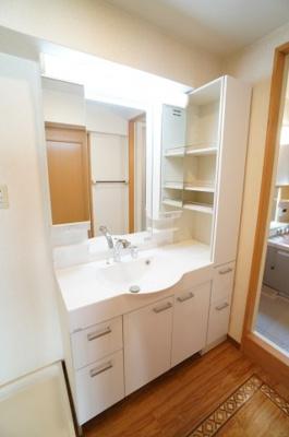 【お手入れのし易さと収納力!】 フラット鏡がお掃除し易い3面鏡洗面化粧台! 鏡後ろ・横と下にも大容量の収納! 日常的に使う物も洗剤の詰替えなども スッキリしまうことができます。 温水シャワー機能付き。
