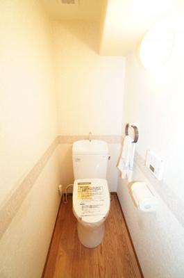 【機能がポイント!】 高機能のトイレです。 温水洗浄便座付き便器で、 明るく爽やかな空間です。