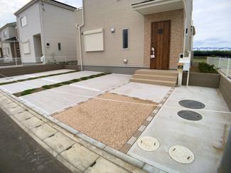 駐車スペースです。2敷地が広いので全棟カースペースは2台可能です。