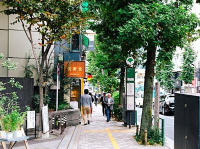 オフィスビルなどが多いエリア、徒歩圏内にコンビニやおしゃれな飲食店が複数ございます。