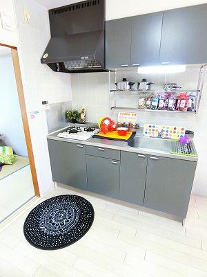 2口ガスコンロのシステムキッチンです☆場所を取るお鍋やお皿もたっぷり収納できてお料理がはかどります!