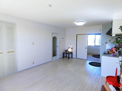 12帖リビングダイニングキッチン、窓側からの眺めです☆椅子とテーブルを囲んで家族団欒の時間を過ごせます♪収納スペースも完備◎
