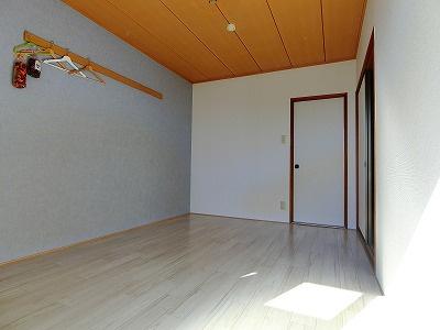 クローゼットのある南東向き洋室6帖のお部屋です☆お洋服の多い方もお部屋が片付いて快適に過ごせますね♪
