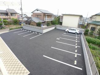 敷地内駐車場に各世帯1台分確保!2台目要相談(駐車料1台7,700円)