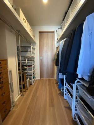 広々としたウォークスルークローゼットです。 たくさんの衣類や荷物が収納できる贅沢な収納スペースです。