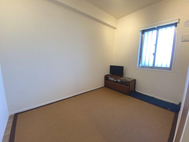 約4.1帖の洋室です。 子供部屋などにはいかがでしょうか。