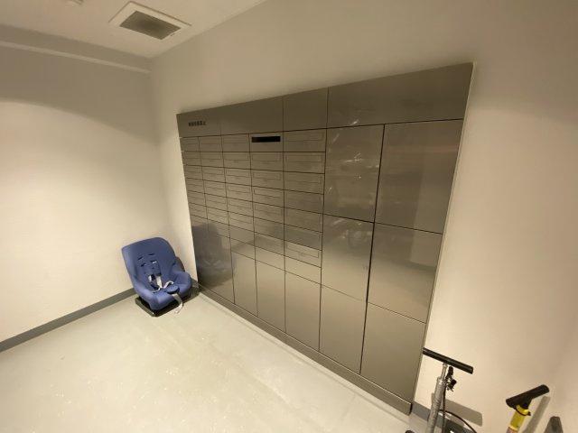 集合ポスト、宅配ボックスです。 不在時でも荷物を預けて置くことができる便利な設備です。
