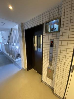 エレベーターです。 安心の防犯カメラ付きです。