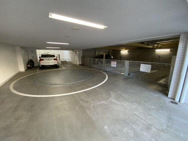敷地内駐車場です。 空き状況は担当までご確認ください。