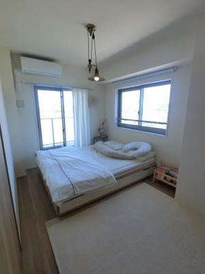 約6.0帖の洋室です。 2面採光になっておりますので陽当り良好です。 寝室にはいかがでしょうか。