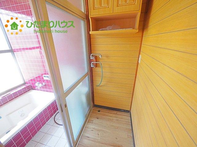 洗濯機置き場&脱衣所☆洗剤などを収納できるスペース有!