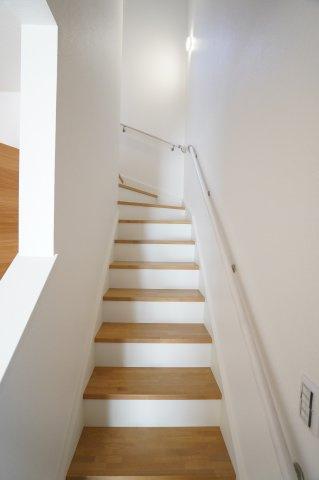 手すり付きの階段で安心ですね♪