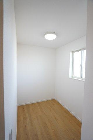 2.5帖のフリースペース。収納スペースとしてはもちろん、作業スペースやテレワークルームなどにも最適ですね♪