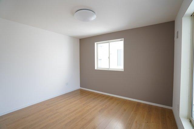 7.7帖の洋室です。アクセントクロスがおしゃれですね。