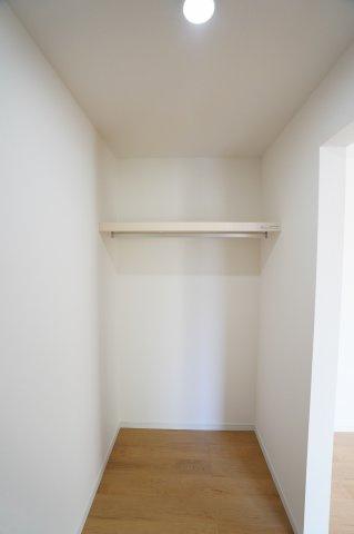 枕棚とハンガーパイプ付でハンガーにかけたまま衣類が収納出来て便利ですね!