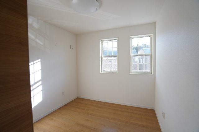 5.2帖の洋室。南向きのお部屋で風通り良好!