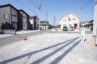 前面道路も広いのでお車の運転が苦手な方でもラクラク駐車できます。