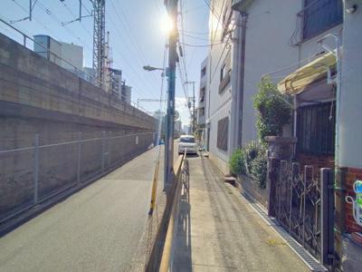 駅から徒歩1分ですが、住宅が立ち並ぶ一角にあります。利便性の高い立地です。