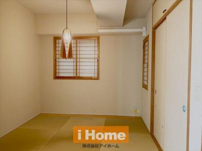 【和室 約5.0帖】 落ち着いた空間となっております。 2面採光のため通風良好です!