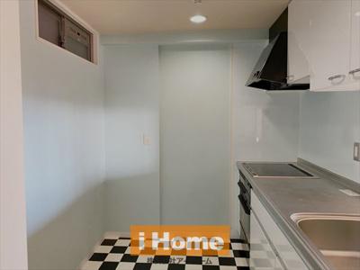 キッチンは3口のIHです! 白と黒の床がオシャレです!