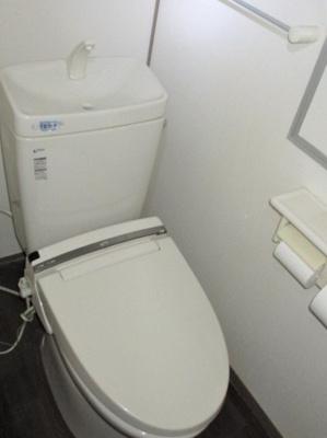 温水洗浄便座付きのトイレです。 タオルハンガーやペーパーホルダーが2個あるのも便利ですね♪