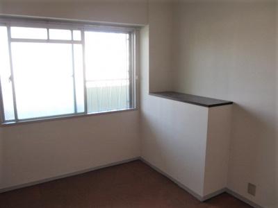 洋室(約6帖)です。 北向きに位置したお部屋ですが、窓面積が広く明るいですね♪ シューズボックの出っ張りを利用した棚もベッドやソファー横のサイドテーブルや飾り棚としても利用でき便利な棚ですね♪