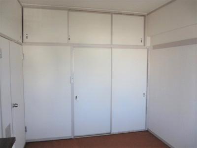 和室(6帖)にある収納です。 壁面いっぱいに奥行のある押入収納がございます。天袋には季節ものや思い出の品などの収納にも便利ですね♪