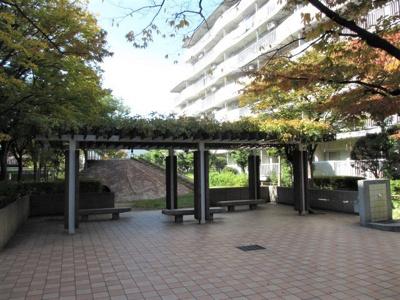 マンション敷地内にはちょっとしたベンチのある憩いの広場がございます。