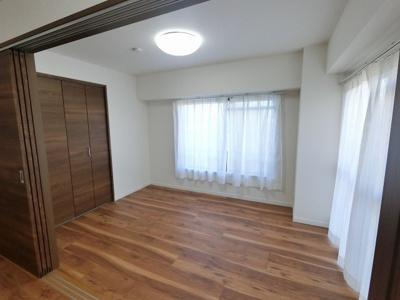6.0帖の洋室です。 リビングの扉を開け放して、広い空間として使う事も出来ます。