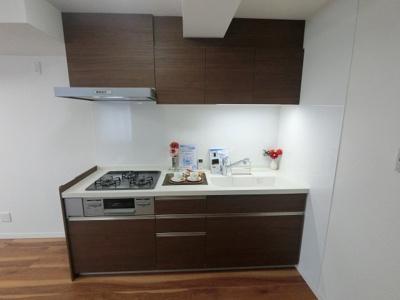 LDKと一体感のある壁付けタイプのLIXIL製システムキッチン(オールインワン水栓)です。 汁物・おかず、作り置きなど同時に調理できる3口ガスコンロやオシャレでお手入れのし易いフードレンジ付です。
