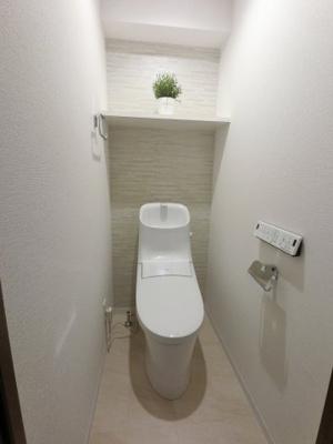 LIXIL製シャワー付トイレです。 吊戸棚があり収納です。毎日使う場所だから、より快適な空間に仕上げられています。