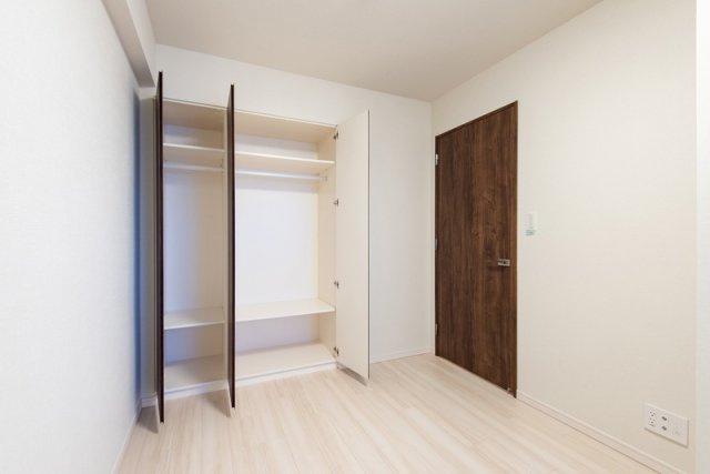 クレアホームズ北浦和楓雅の邸:約5.5帖の洋室にはクローゼットが付いています!クローゼット内は上下で3段に分かれています!