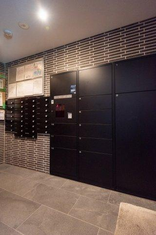 クレアホームズ北浦和楓雅の邸:宅配ボックスを完備しているので、留守がちな方でも荷物の受け取りが可能です!