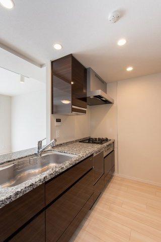 クレアホームズ北浦和楓雅の邸:食洗機・浄水器・3口コンロが付いた対面式システムキッチンです!