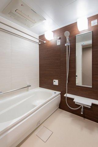 クレアホームズ北浦和楓雅の邸:浴室換気乾燥機を完備したユニットバス!物干し竿を二本渡せるので、洗濯物が多くても浴室でしっかり乾燥できます!